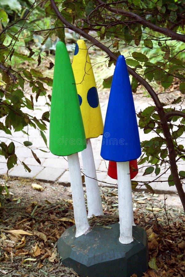 Décoration De Jardin De Champignon En Bois Découpé Peint Image stock ...