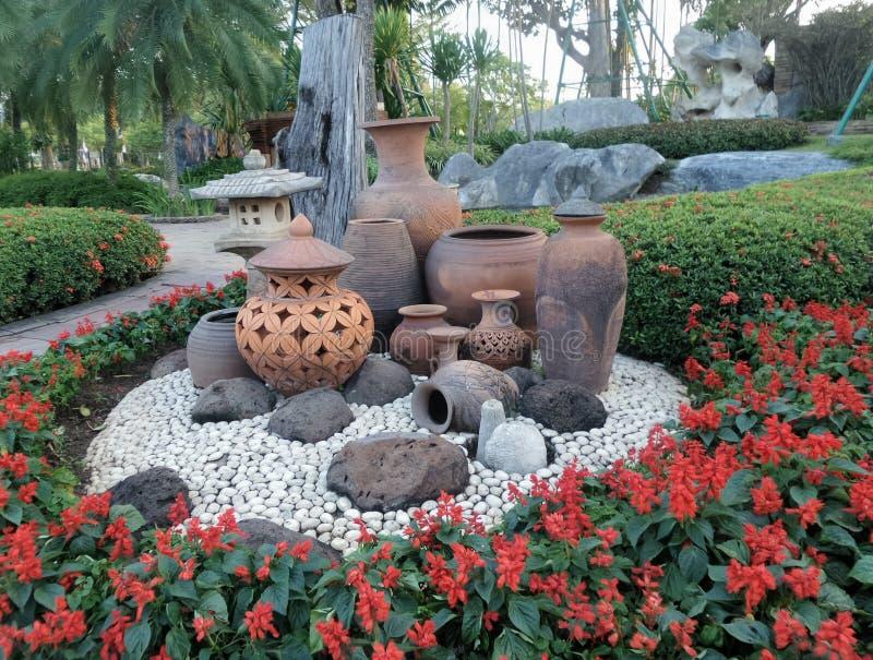 D coration de jardin de pot d 39 argile sur la terre en for Deco jardin pierre blanche