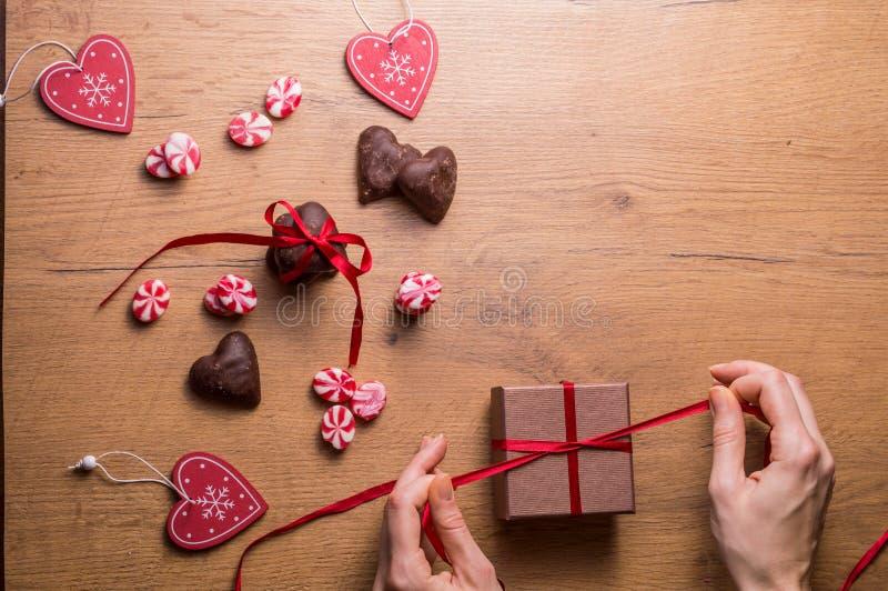 Décoration de jour du ` s de Valentine, arc rouge sur le boîte-cadeau, coeurs et candys photo libre de droits