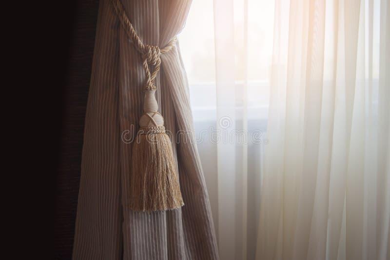 Décoration de l'intérieur du salon dans le classique, style de palais Rideaux de tissu dense avec des ornements, lambrequin photos stock