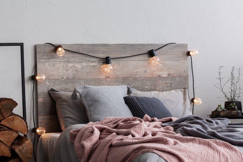 Décoration de la chambre de Noël avec lumière et bois image libre de droits