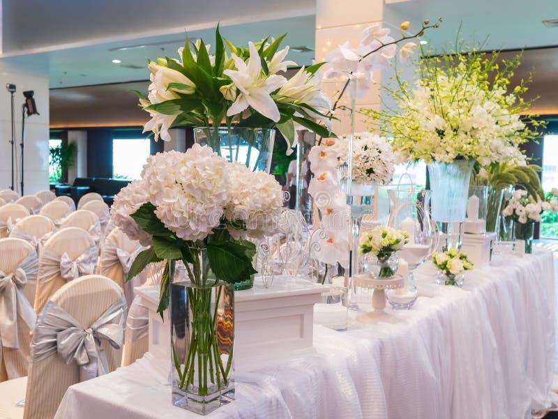 Download Décoration De La Fleur Blanche Pour épouser Dans L'hôtel De Luxe Image stock - Image du cérémonie, milieux: 45370961