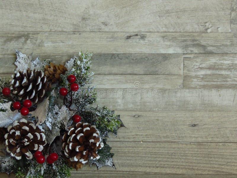 Décoration de la maison de Noël, couronne de pins et faux-pied sur fond de chêne blanchi photo stock