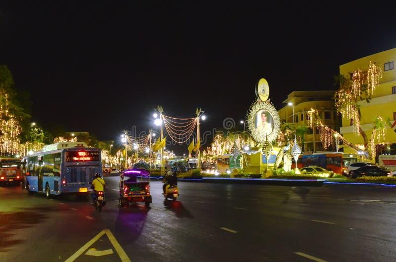 Décoration de LED et d'ampoule sur la route de Ratchadamnoen dans le couronnement du Roi Rama 10 chez Sanam Luang images libres de droits