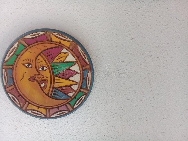 Décoration de lune et de soleil sur le mur blanc photographie stock libre de droits