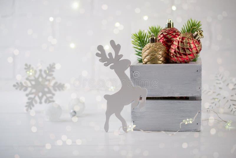Décoration de maison de Noël avec les branches, les cerfs communs et les lumières verts de sapin sur le fond blanc photos libres de droits