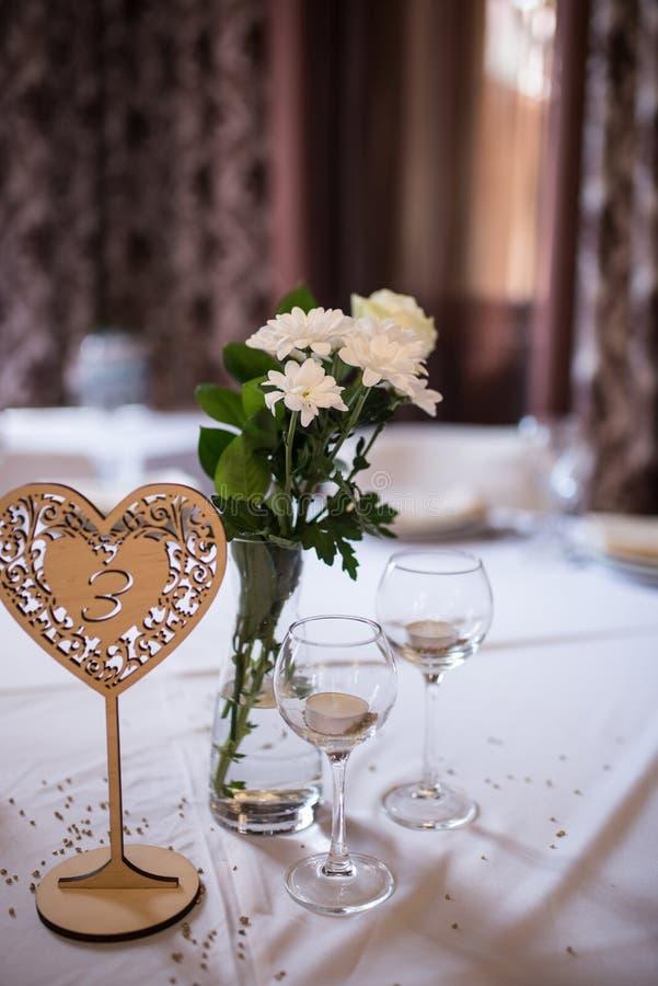 Décoration de mariage : bougies en verres, fleurs blanches dans le vase photo stock