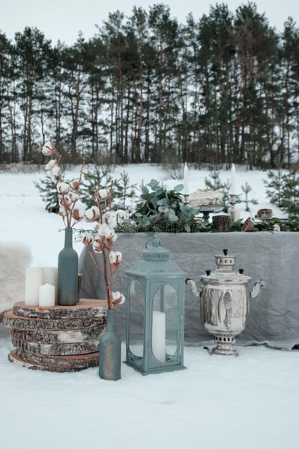 Décoration de mariage d'hiver d'une table dans la nature images stock