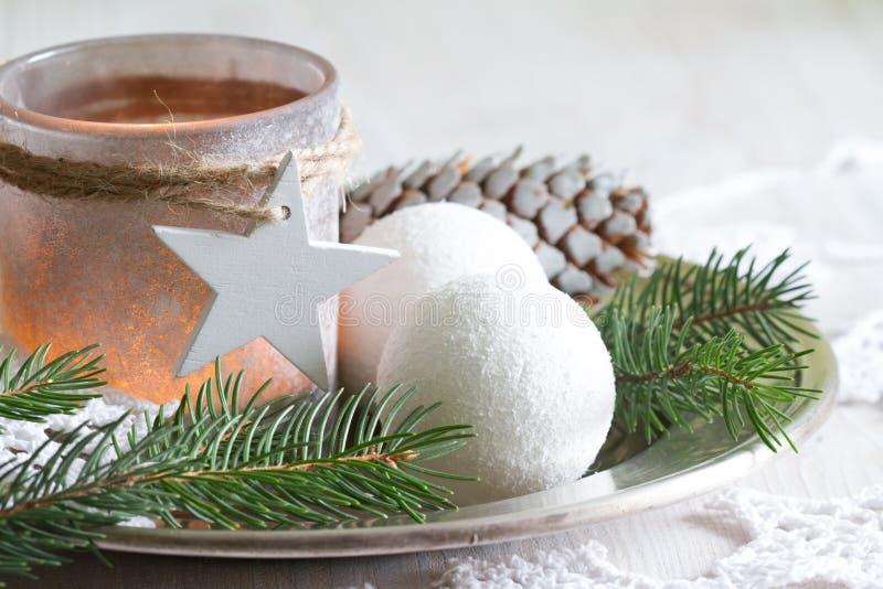 Décoration de Noël à la bougie sur fond blanc image libre de droits