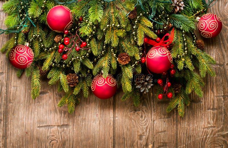 Décoration de Noël au-dessus de bois images stock