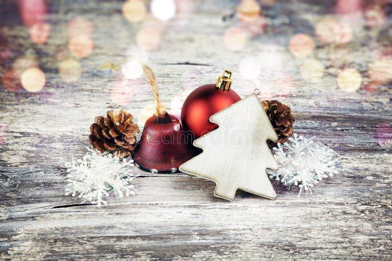 Décoration de Noël au-dessus de fond en bois Type de cru images libres de droits