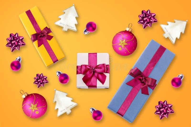 Décoration de Noël au-dessus de fond de colore images stock