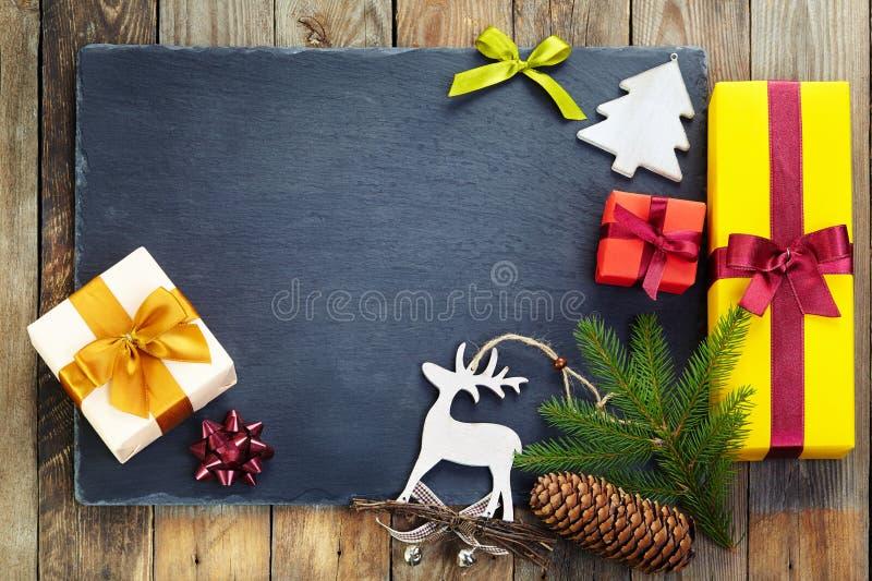Décoration de Noël au-dessus de vieux fond en bois images libres de droits