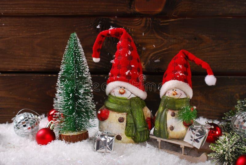 Décoration de Noël avec des figurines de Santa sur le fond en bois photo libre de droits