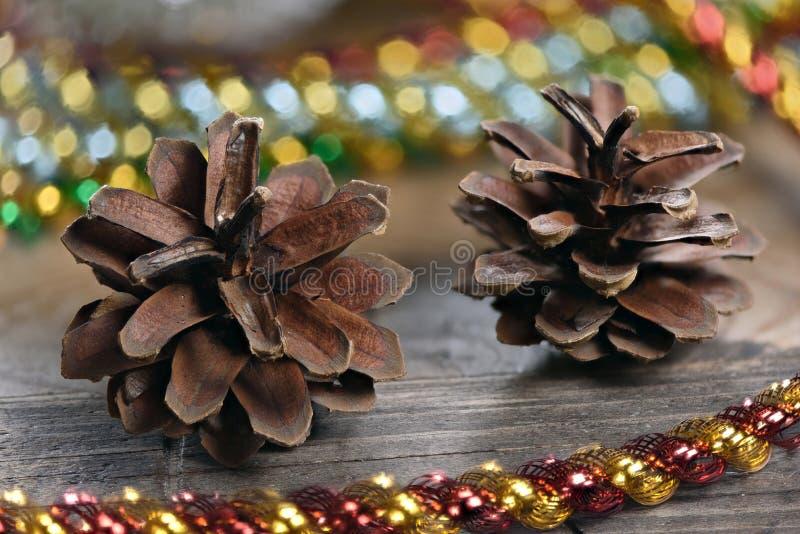 Décoration de Noël avec des lumières et des cônes de sapin photo stock