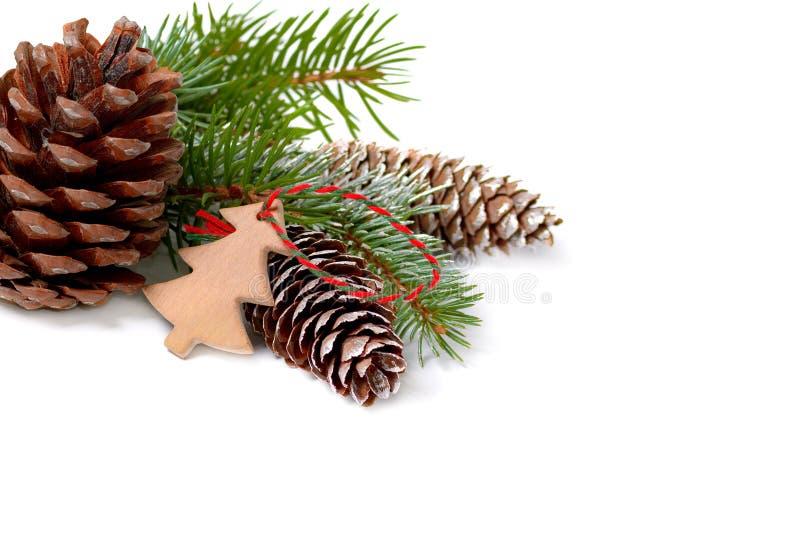 Décoration de Noël avec l'arbre de sapin et cônes d'isolement sur un blanc photos libres de droits