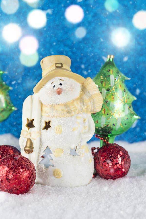 Décoration de Noël avec la figurine de bonhomme de neige, babioles rouges sur un sno image stock