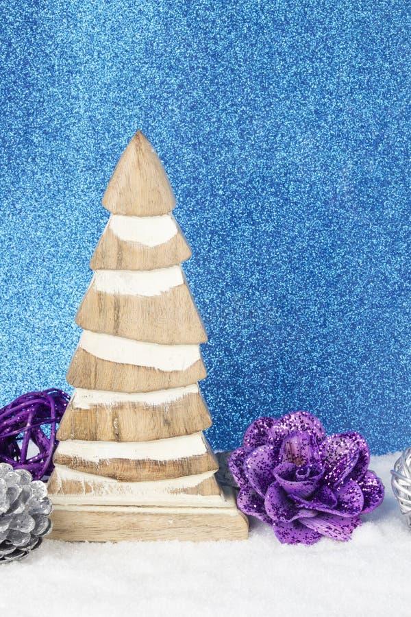 Décoration de Noël avec la figurine en bois de bois du pin, babioles et photo libre de droits