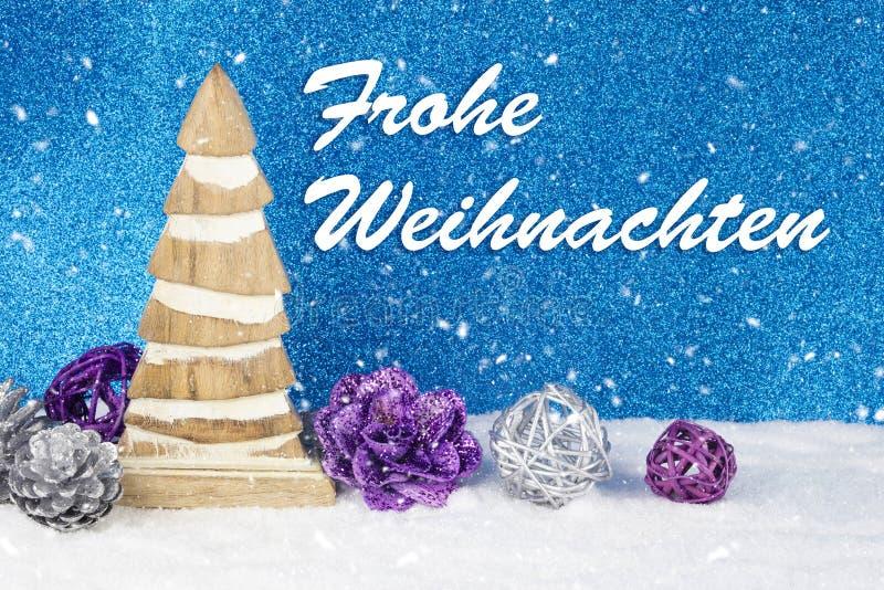 Décoration de Noël avec la figurine, les babioles et les pins en bois de bois du pin sur un fond avec le texte dans le ` allemand photographie stock