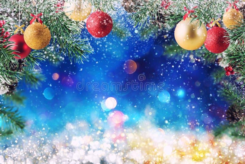 Décoration de Noël avec la neige, le pin et la boule avec le fond scintillant photographie stock libre de droits