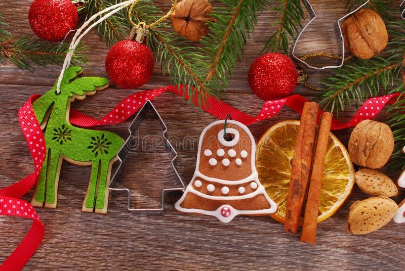 Décoration de Noël avec le biscuit et les épices de pain d'épice photographie stock libre de droits