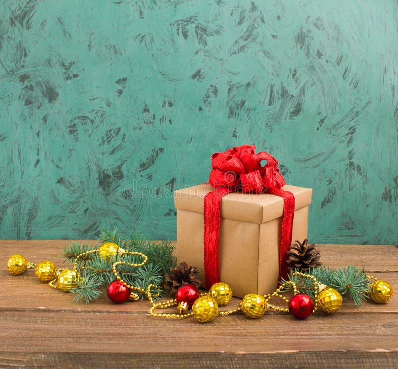Décoration de Noël avec le cadeau sur le fond foncé photographie stock libre de droits