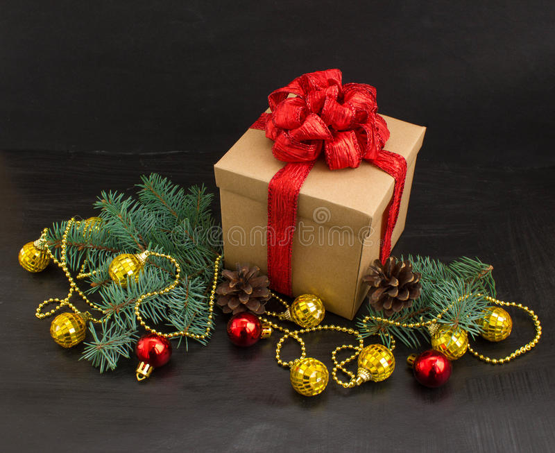 Décoration de Noël avec le cadeau sur le fond foncé images stock