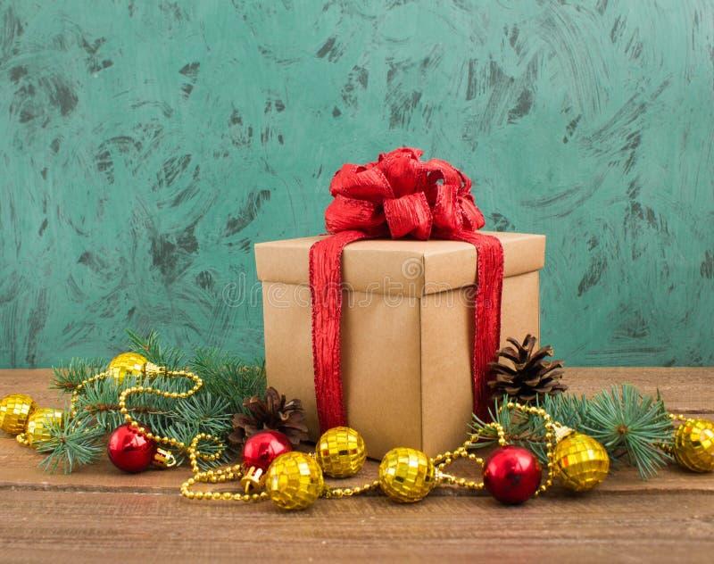 Décoration de Noël avec le cadeau sur le fond vert photographie stock libre de droits