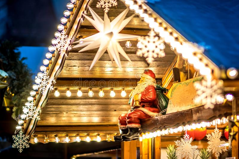Décoration de Noël avec Santa Claus assise et des ampoules électriques images libres de droits