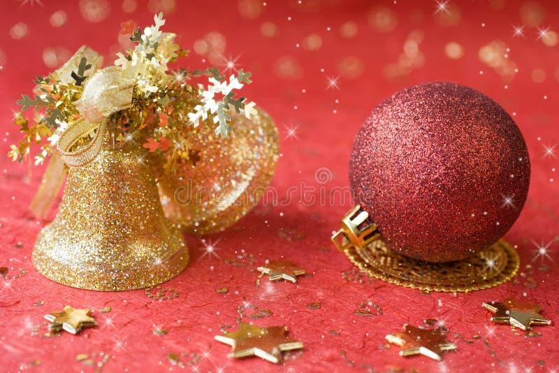 Décoration de Noël. cloches d'or et bille rouge photo libre de droits