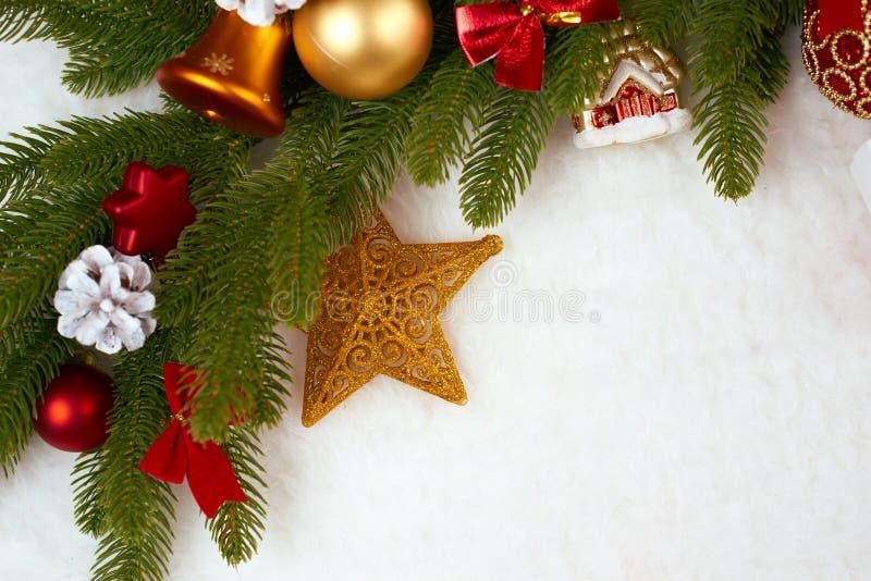 Décoration de Noël comme fond, cadeaux, boule de Noël, cône et tout autre objet sur la fourrure blanche d'espace vide, concept de photos libres de droits