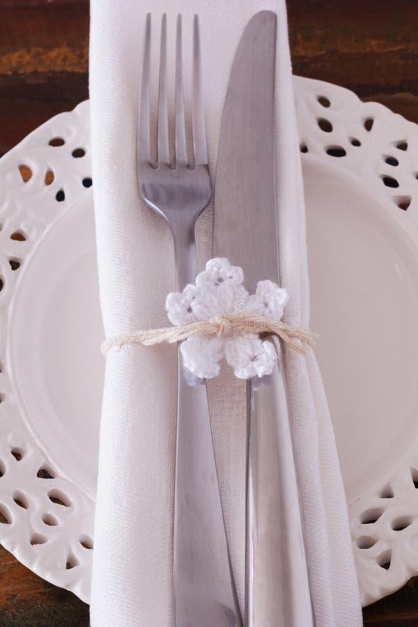 Décoration de Noël : Couteau blanc de fourchette de serviette de plat avec le whi images stock