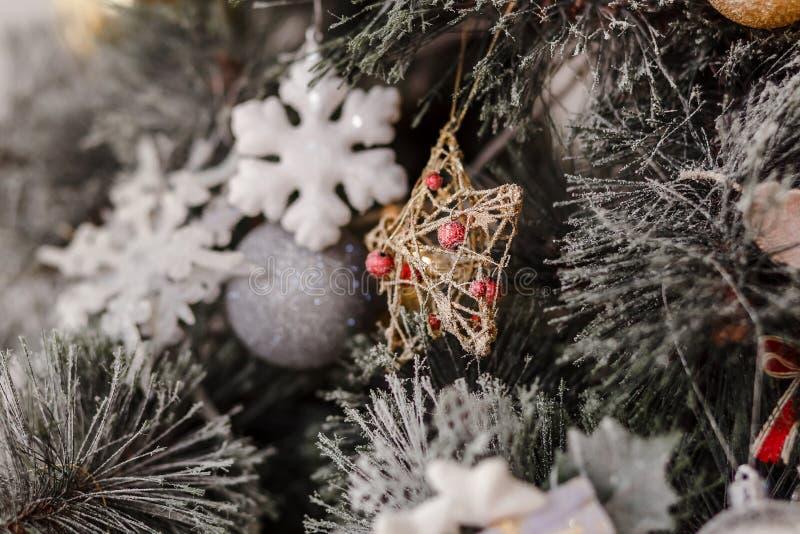 Décoration de Noël en forme d'étoile sur un sapin de Noël images stock