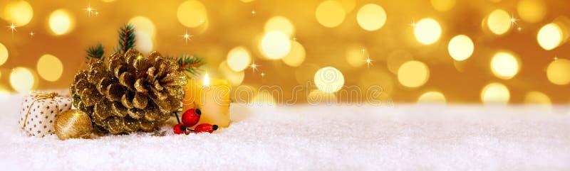 Décoration de Noël et bougie d'or d'avènement photo libre de droits