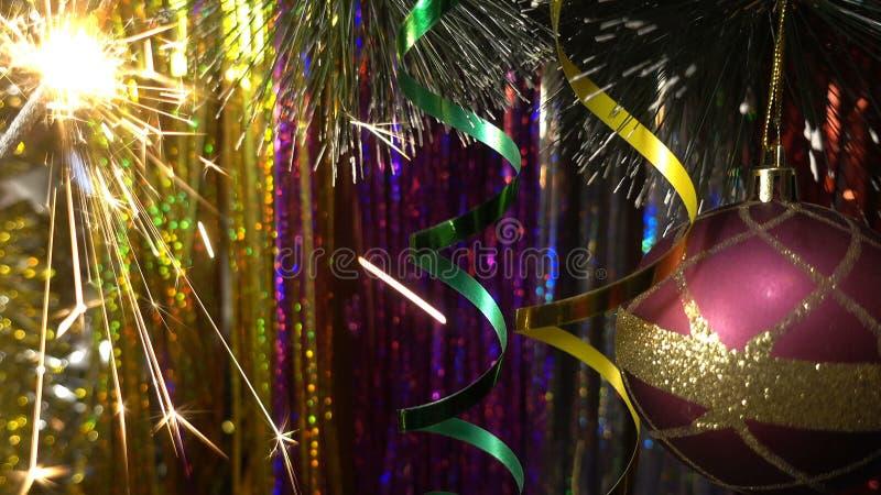 Décoration de Noël et d'an neuf Babiole accrochante étroite Scintillement de lumières de Noël dans l'arbre photographie stock libre de droits