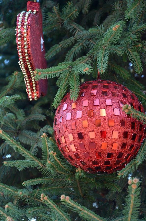 Décoration de Noël et d'an neuf Babiole sur le pin photographie stock