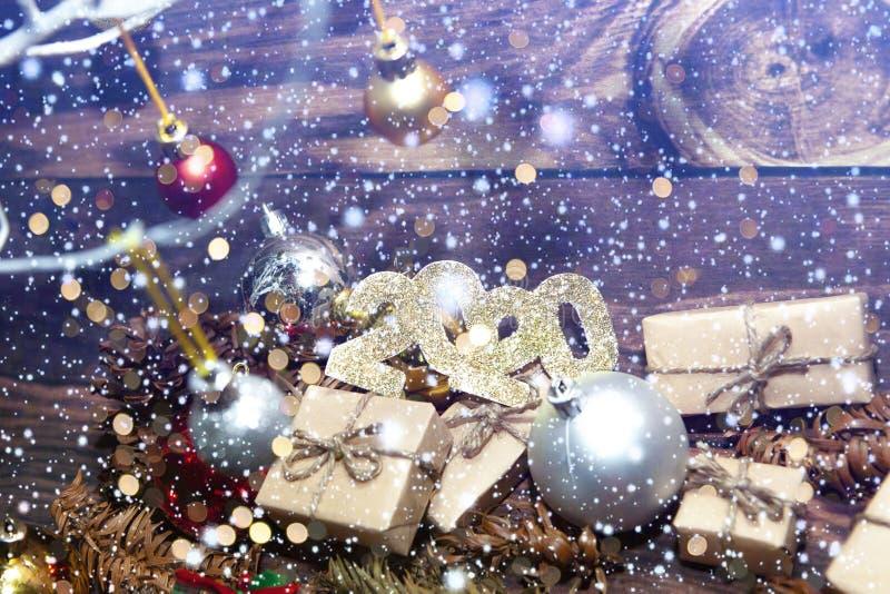 Décoration de Noël et de Nouvel An Bauble accroché à l'arbre de Noël avec de la neige L'arrière-plan brillant des vacances photographie stock