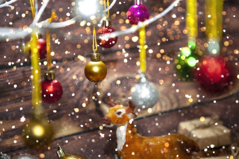 Décoration de Noël et de Nouvel An Bauble accroché à l'arbre de Noël avec de la neige L'arrière-plan brillant des vacances images libres de droits