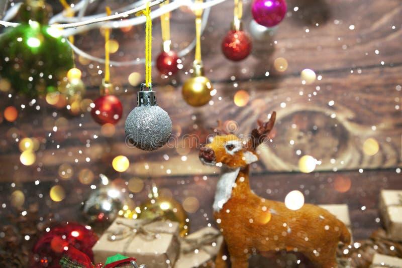Décoration de Noël et de Nouvel An Bauble accroché à l'arbre de Noël avec de la neige L'arrière-plan brillant des vacances images stock
