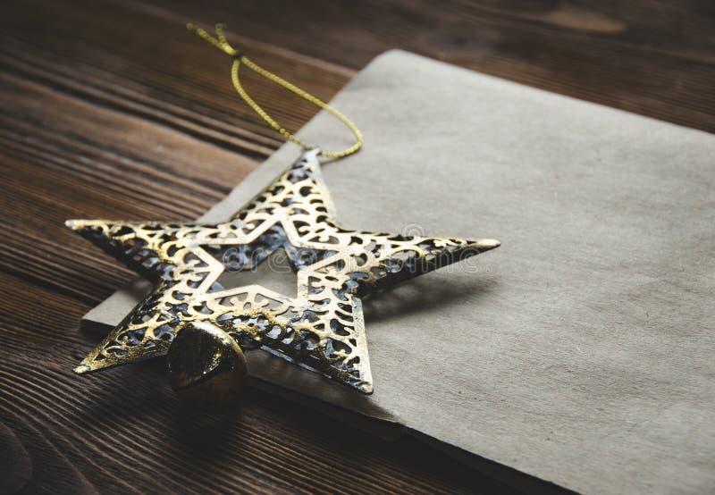 Décoration de Noël et une page blanche de papier d'emballage photographie stock