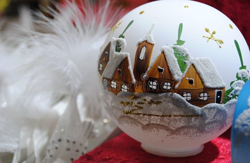 Décoration de Noël - flacon en verre blanc avec les maisons et l'église peintes photographie stock