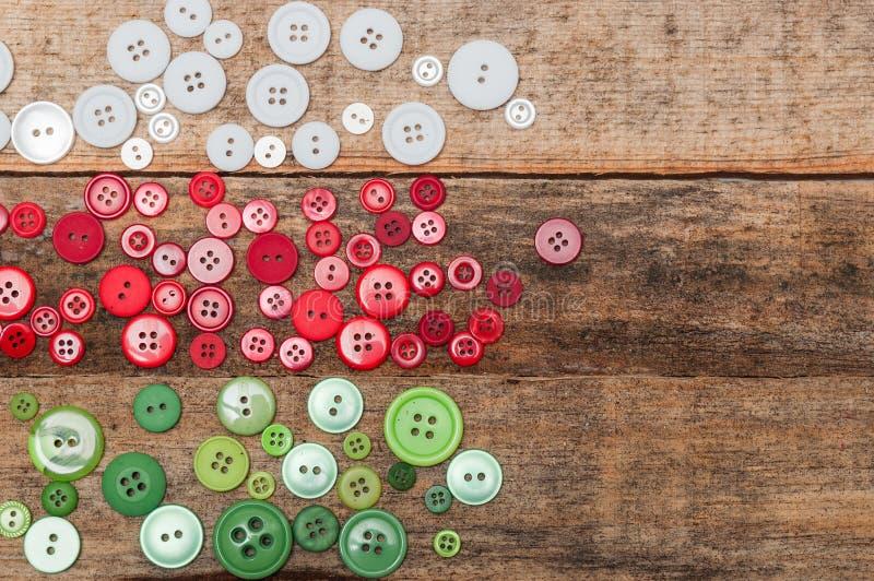 Décoration de Noël Les boutons empilent sur le fond en bois image stock