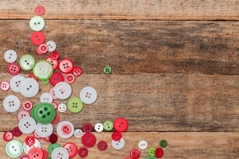Décoration de Noël Les boutons empilent sur le fond en bois images libres de droits