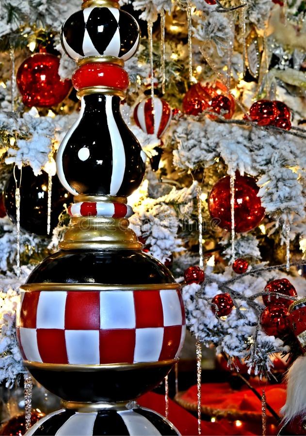 Décoration de Noël, ornement de glaçon de damier sur l'arbre frocked blanc images stock