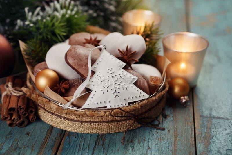Décoration de Noël, pain d'épice, bougies photo libre de droits