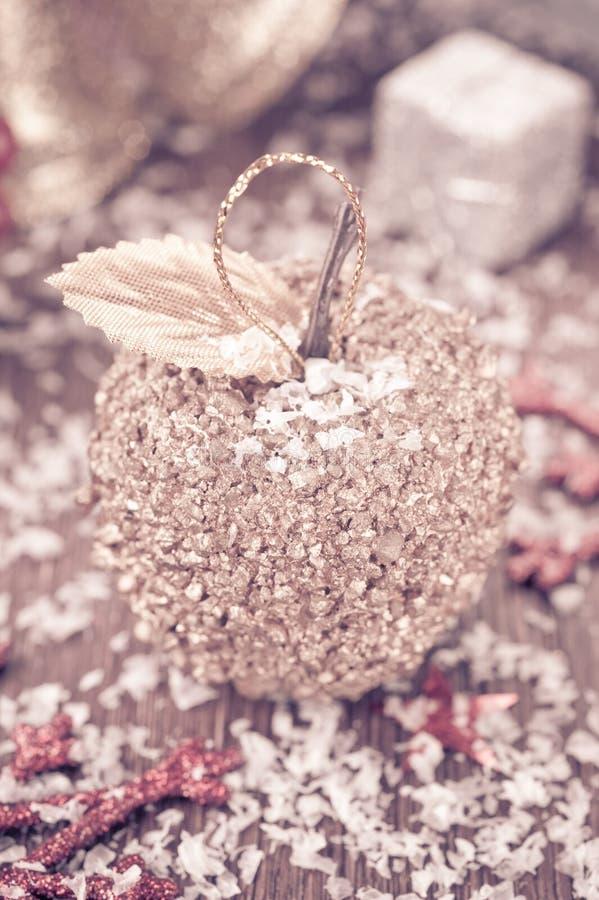 Décoration de Noël : pomme, étoiles et Sn d'or photos stock