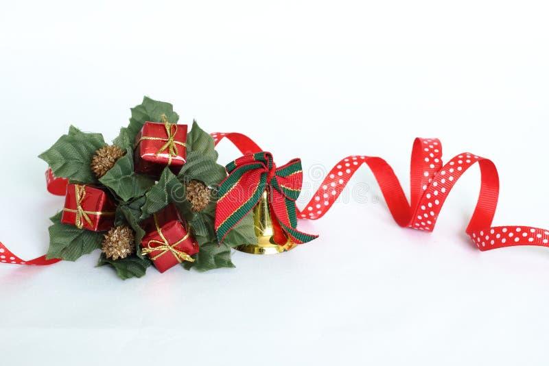 Décoration de Noël sous forme de couronne d'arbre de sapin sur un fond blanc avec un ruban rouge, une cloche d'or, des feuilles d image stock