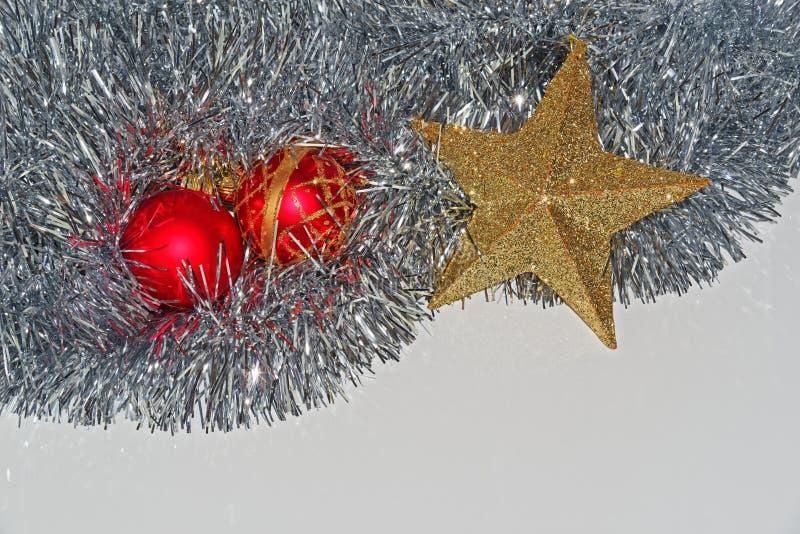 Décoration de Noël sur Deux baubles rouges et étoile dorée en lingots d'argent images libres de droits