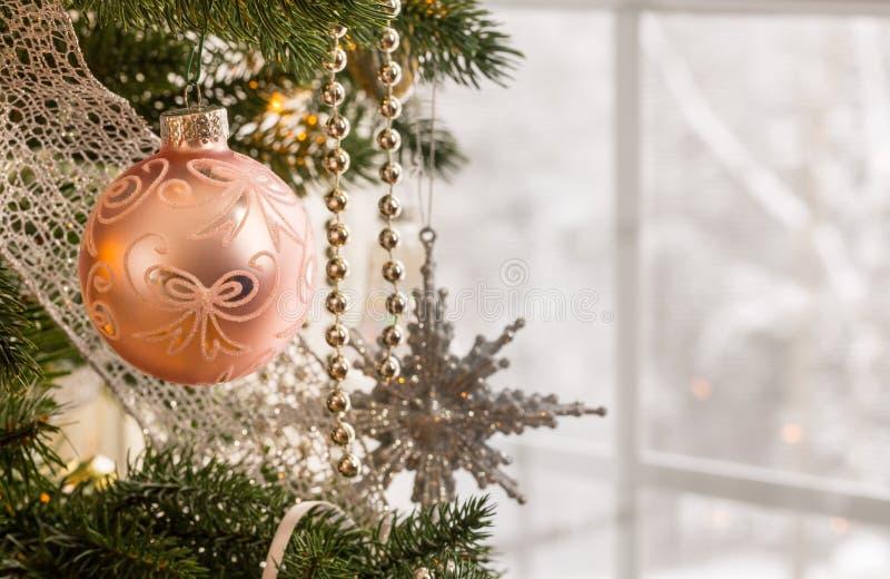 Décoration de Noël sur l'arbre images libres de droits