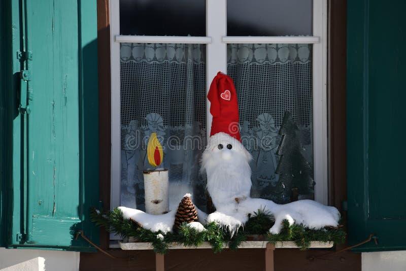 Décoration de Noël sur la fenêtre de hutte de montagne images libres de droits